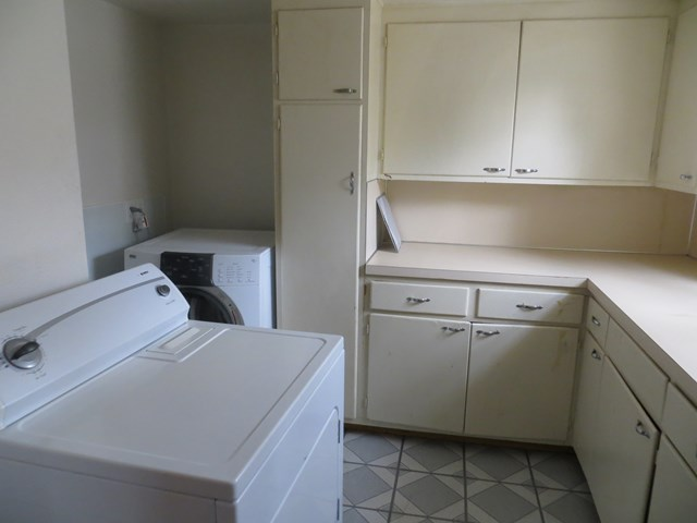 Laundry room with washer/dryer
